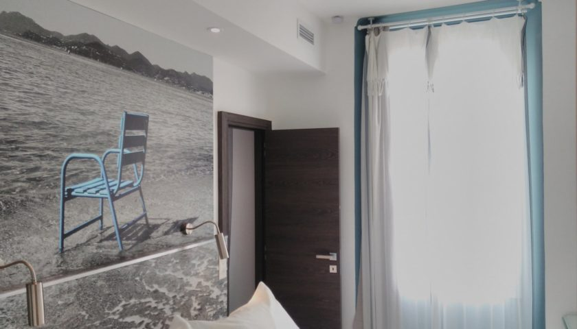 Photo chaise bleue au-dessus d'un lit king size appartement Cannes - Villa Marceau