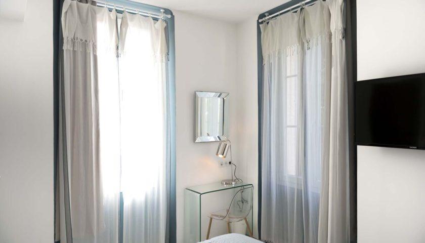 Deux rideaux et miroir dans chambre d'appartement à Cannes - Villa Marceau