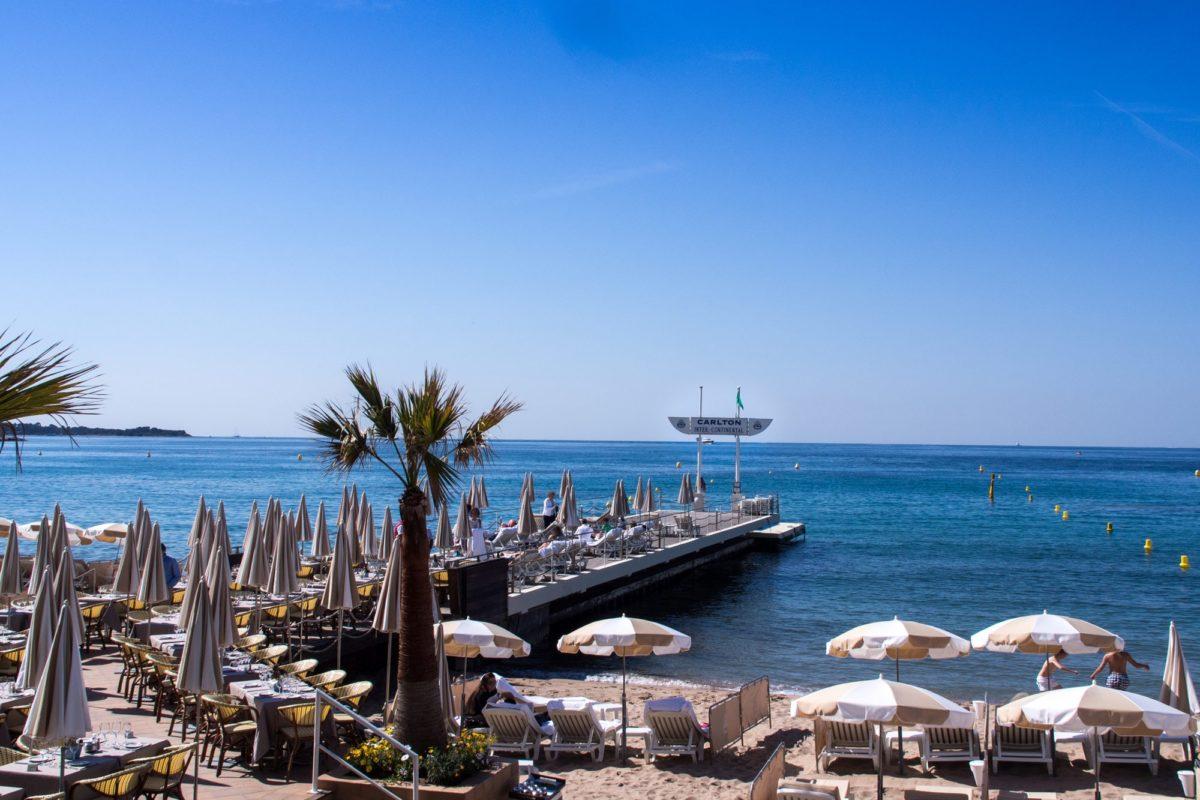 Farniente sur les plages privées ou publiques de la célèbre Croisette...