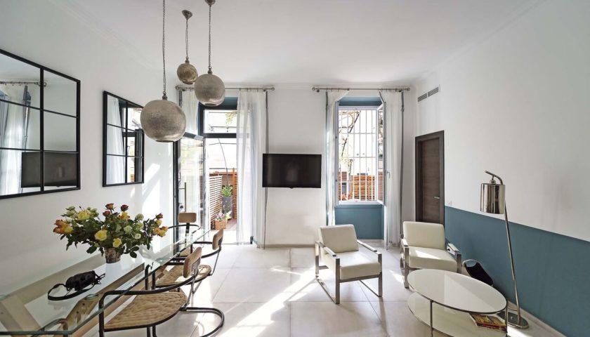 Table à manger et coin salon dans appartement à Cannes - Villa Marceau