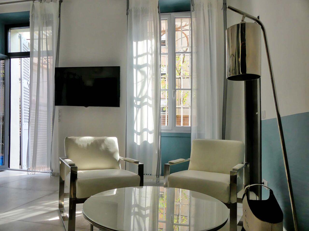 Table basse et fauteuils dans appartement Cannes - Villa Marceau