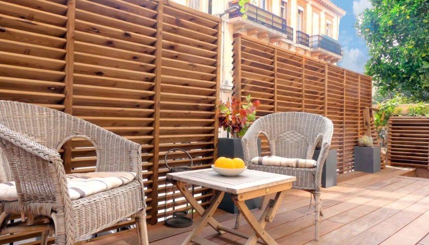 Terrasse avec deux chaises en osier appartement Cannes - Villa Marceau
